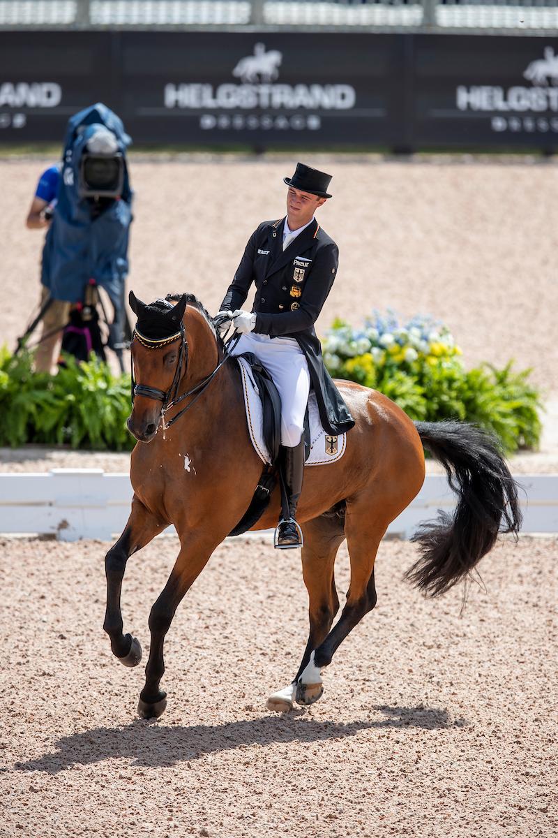 Ein mächtiger stolzer Sönke Rothenberger hält Deutschland auf Gold ...